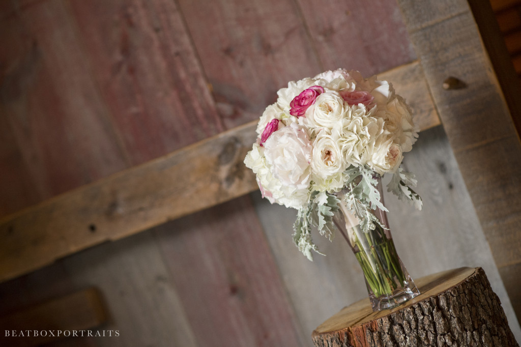 Traditional floral arrangements paired with this rustic barn in Weatherford, TX